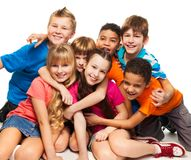 Grupp av lyckliga le ungar royaltyfria foton