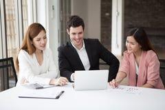 Grupp av lyckliga män och kvinnan för affärsfolk som tillsammans arbetar på bärbara datorn i mötesrum teamwork av asiatet och cau royaltyfri fotografi