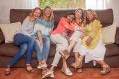 Grupp av lyckliga mogna kvinnavänner fotografering för bildbyråer