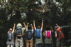 Grupp av lyckliga olika campare i trekking tur royaltyfri bild