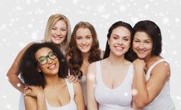 Grupp av lyckliga olika kvinnor i den vita underkläderna Fotografering för Bildbyråer