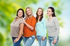 Grupp av lyckliga olika kvinnor i tillfällig kläder royaltyfria foton