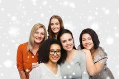 Grupp av lyckliga olika kvinnor i tillfällig kläder Arkivfoto