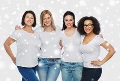 Grupp av lyckliga olika kvinnor i vita t-skjortor Arkivbilder