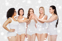 Grupp av lyckliga olika kvinnor som gör höjdpunkt fem Royaltyfri Bild