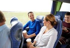 Grupp av lyckliga passagerare i loppbuss royaltyfri foto
