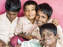 Grupp av lyckliga roliga klasskompisar för barnvänpojkar som ler att skratta på skolan Mång- etniska skolaungar som tycker om kam fotografering för bildbyråer