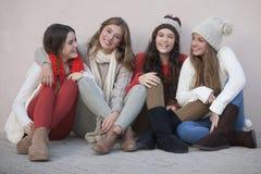 Grupp av lyckliga skolaflickor arkivfoton