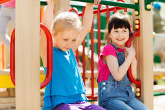 Grupp av lyckliga små flickor på barnlekplats arkivbilder