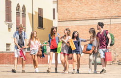 Grupp av lyckliga studentbästa vän med shoppingpåsar Arkivbild