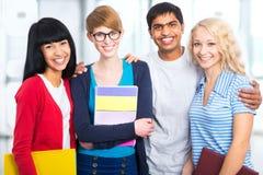 Grupp av lyckliga studenter arkivfoto