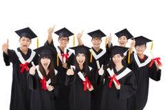 Grupp av lyckliga studenter som firar avläggande av examen Arkivbild