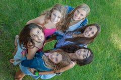 Grupp av lyckliga studenter som ser upp arkivfoton