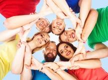 Grupp av lyckliga studenter som tillsammans blir Utbildning universitet: Arkivfoto