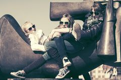 Grupp av lyckliga tonåriga flickor i stadsgata Royaltyfri Fotografi