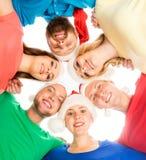 Grupp av lyckliga tonåringar i julhattar Arkivbilder