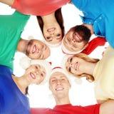 Grupp av lyckliga tonåringar i julhattar Arkivfoto