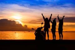 Grupp av lyckliga unga flickor som står på stranden Arkivbilder