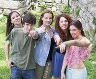 Grupp av lyckliga unga högskolestudenter som har gyckel Royaltyfri Bild