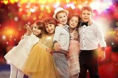 Grupp av lyckliga ungar med färgrika ljus på Arkivbilder