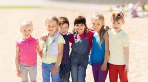 Grupp av lyckliga ungar på barnlekplats arkivfoto