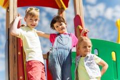 Grupp av lyckliga ungar på barnlekplats royaltyfria bilder