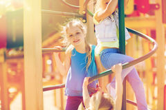 Grupp av lyckliga ungar på barnlekplats royaltyfria foton