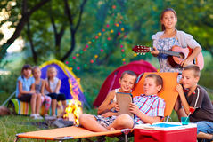 Grupp av lyckliga ungar på sommarpicknick Arkivfoton