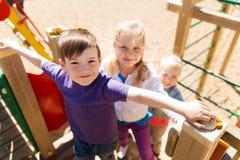 Grupp av lyckliga ungar på barnlekplats Royaltyfri Fotografi