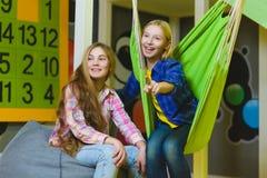 Grupp av lyckliga ungar som spelar i barnrum Fotografering för Bildbyråer