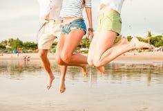 Grupp av lyckliga ungdomarsom har gyckel på Arkivfoto