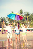 Grupp av lyckliga ungdomarsom har gyckel på Royaltyfri Foto