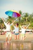 Grupp av lyckliga ungdomarsom har gyckel på Royaltyfri Bild