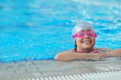 Grupp av lyckliga ungebarn på simbassängen Arkivbilder