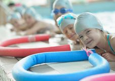 Grupp av lyckliga ungebarn på simbassängen Royaltyfri Bild