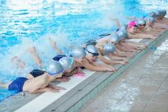 Grupp av lyckliga ungebarn på simbassängen Royaltyfria Foton