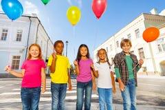 Grupp av lyckliga vänner med färgrika ballonger Royaltyfri Fotografi