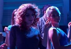 Grupp av lyckliga vänner som dansar i nattklubb Arkivbilder