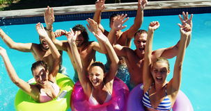 Grupp av lyckliga vänner som har gyckel tillsammans i simbassäng arkivfilmer