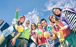 Grupp av lyckliga vänner som har gyckel tillsammans på cocktailpartyet