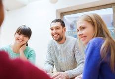Grupp av lyckliga vänner som möter och talar Arkivbild