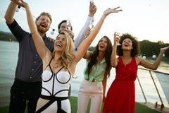Grupp av lyckliga v?nner som dricker champagne och firar nytt ?r royaltyfri bild