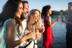 Grupp av lyckligt folk eller v?nner som har gyckel p? partiet fotografering för bildbyråer