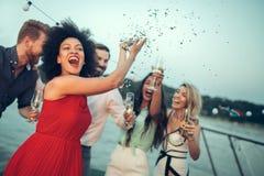 Grupp av lyckligt folk eller v?nner som har gyckel p? partiet royaltyfri fotografi