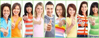 Grupp av lyckligt folk med tummar arkivfoton