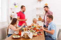 Grupp av lyckligt folk på det festliga tabellmatställepartiet Arkivfoto