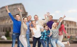 Grupp av lyckligt folk som har gyckel över coliseum Royaltyfri Bild