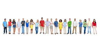 Grupp av lyckligt folk som tillsammans står arkivfoto