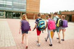 Grupp av lyckligt gå för grundskolastudenter fotografering för bildbyråer