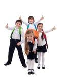 Grupp av lyckligt gå för ungar tillbaka till skolan Arkivfoto